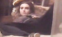 Парень с камерой подглядывает за мастурбацией молодой девушки через окно