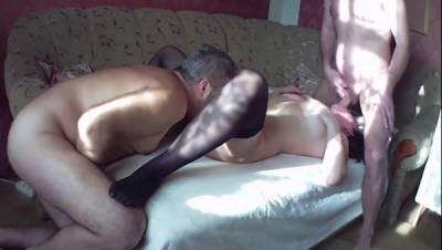 Русская жена прошмандовка трахается с мужем и кумом в домашнем порно