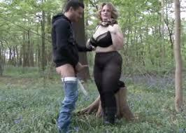 Толстожопая зрелка в колготках ебется с пикаперами в лесу