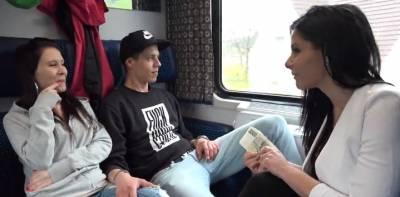 Чешские свингеры пикаперы развели молодую пару на секс в купе поезда