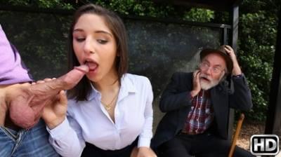 Молодая пара занимается сексом на остановке перед стариком